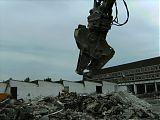 Mit schwerem Werkzeug wird alles<br /> klein gemacht (Eisenträger/ Beton)