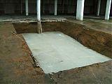 Die ersten Gräber (2,5x10m) bzw. <br />Fundamente sind mit Magerbeton gefüllt