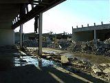 Die alte Halle wird in die Knie<br /> gezwungen Moniereisen,<br /> Stahl und Beton werden getrennt